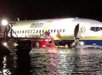 Boeing 737 patines en el río Florida en el aterrizaje