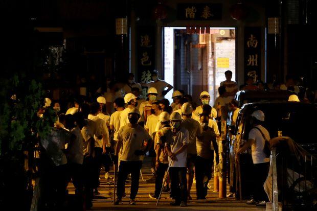 Protestas de Hong Kong : la violencia de la muchedumbre armada deja la ciudad en el choque