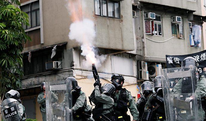 Protestas de Hong Kong : gas lacrimógeno del fuego de policía en reunión de Yuen Long