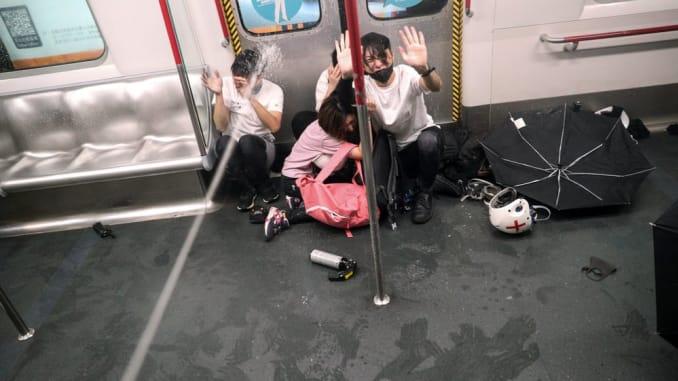 Hong Kong : La policía asalta el metro tras protestas